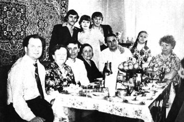 Shapovalov-delegat-26-sezda-KPSS-v-gostaih-y-rodstvennikov-Raizantcevoi