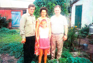 v-den-300-letia-B-Karaia-glava-sela-Pomogaev-s-semei-i-Shapovalovum